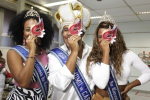 b_800_600_0_00_images_stories_ASCOM_HEMORIO-Carnaval2015_hemorio_-_carnaval_-_doacao_secretario_felipe_peixoto_359