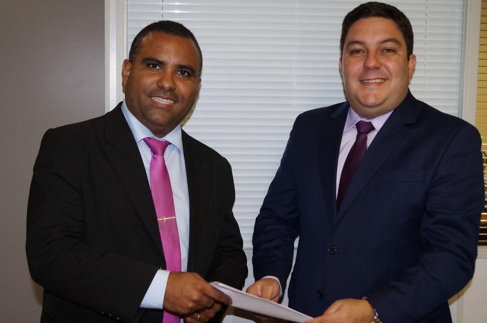 Diretor Secretário do CRTRES 13ª Região, Luciano Guedes (à esq.) em reunião com o Deputado Estadual Bruno Lamas (à dir.)