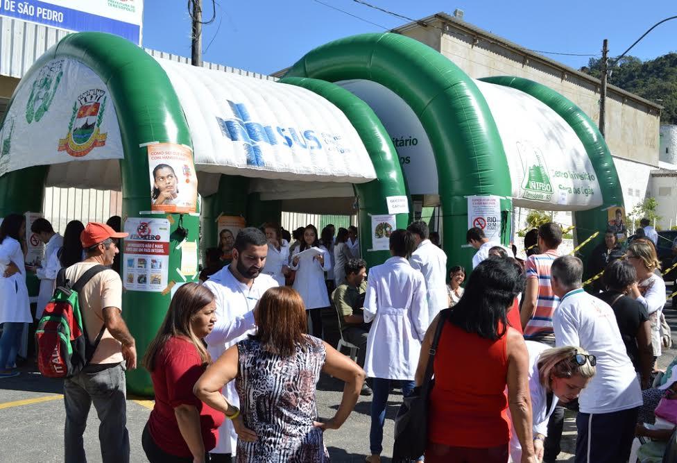 Diversos serviços são oferecidos pela Prefeitura e Unifeso na Praça do Tiro de Guerra, em São Pedro