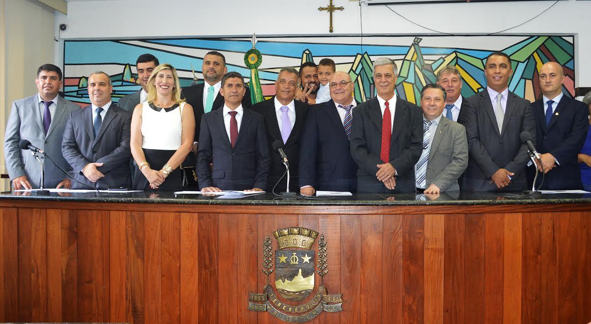 Prefeito Mario Tricano, vice-prefeito Sandro Dias e os 12 vereadores empossados para o mandato 2017-2020