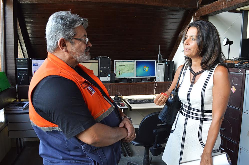 Procuradora de Justiça Denise Tarin com Ubiracy Pinto, coordenador do Centro de Monitoramento e Comunicação da Defesa Civil de Teresópolis
