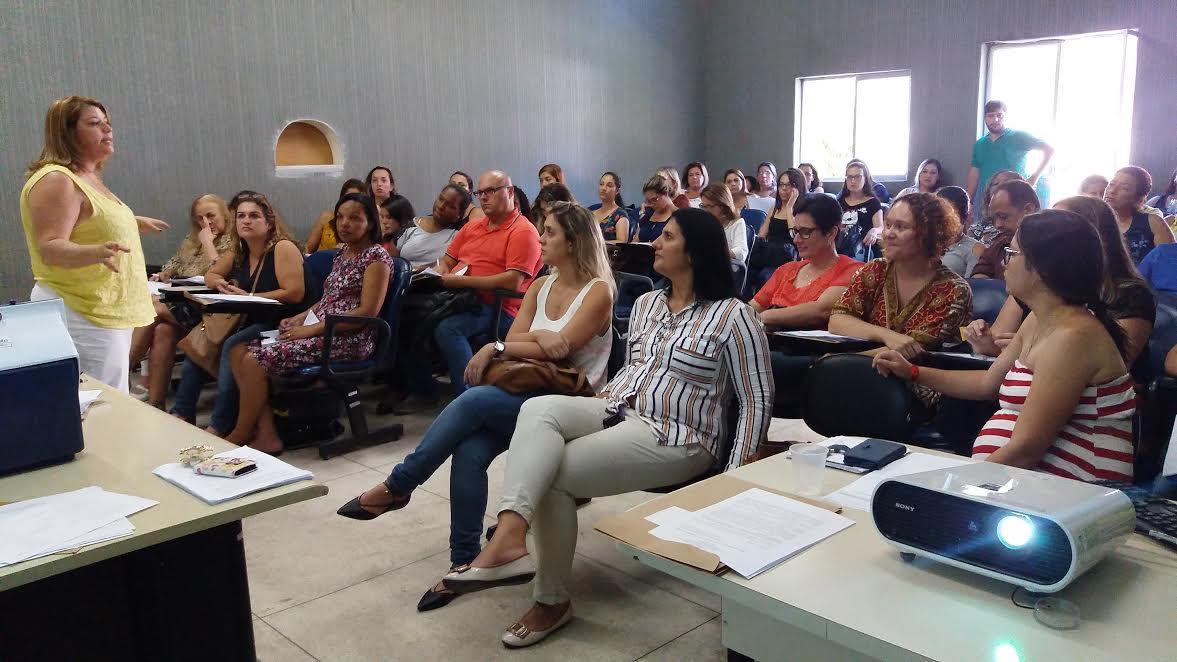 Daurema Docasar, coord. da Imunização da Sec. Saúde, explica sobre as mudanças no Calendário Nacional de Vacinação para profissionais das unidades de saúde