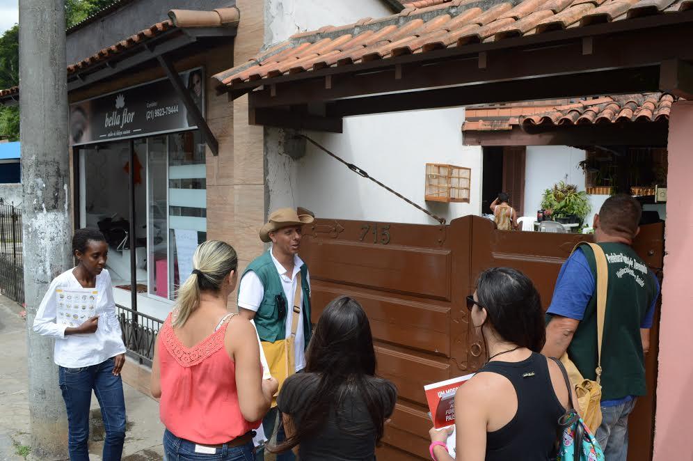 Agentes de endemia da Sec. Saúde e alunas do Senac em visita a casas na Barra