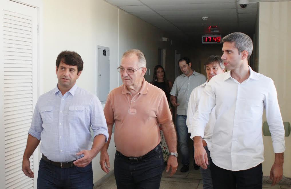 o secretário de Estado de Saúde, Luiz Antônio Teixeira Jr., o diretor da Fundação Hospital Geral da Japuíba, Sebastião Faria e o subsecretário municipal de Saúde de Angra dos Reis, Renan Vinicius Santos.